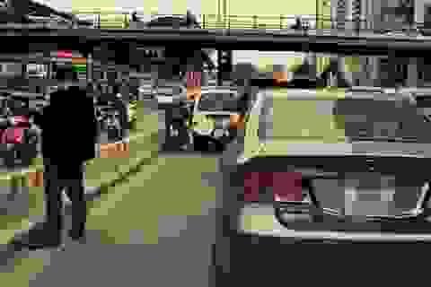 Vụ đi vệ sinh giữa đường: Người đàn ông bước ra từ ô tô?