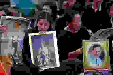 Người Thái trắng đêm phủ phục trên vỉa hè chờ đón linh cữu Quốc vương