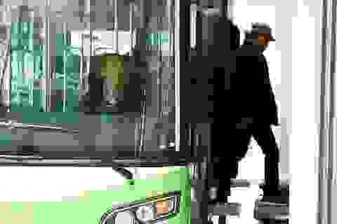 Tài xế buýt nhanh BRT luyện bài lái khó vào nhà chờ Kim Mã