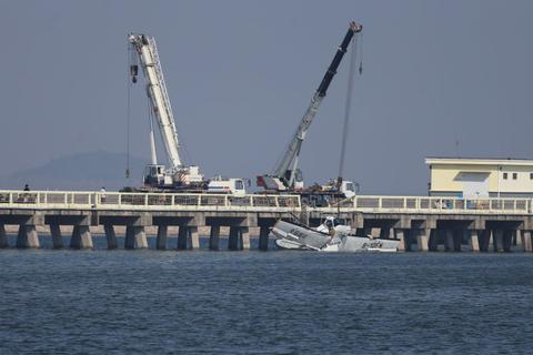 Trung Quốc: Thủy phi cơ lao vào cầu, 5 người chết