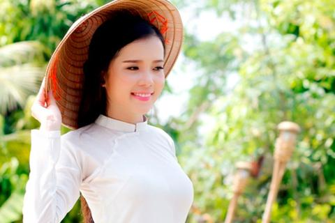 Hoa khôi Huỳnh Thúy Vi đẹp dịu dàng với tà áo dài