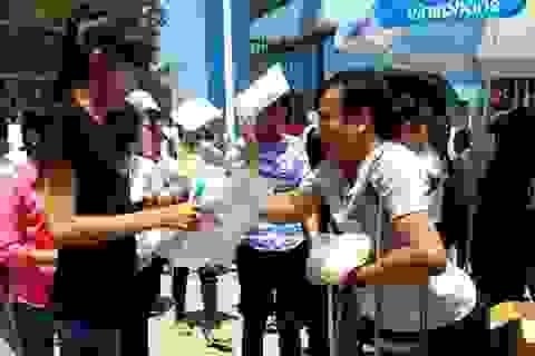 Tình nguyện viên khuyết tật đi phát cơm từ thiện cho thí sinh