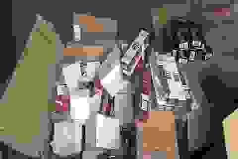 Hàng ngàn lọ sơn móng tay, tuýp thuốc nhuộm tóc Trung Quốc bị vứt lại