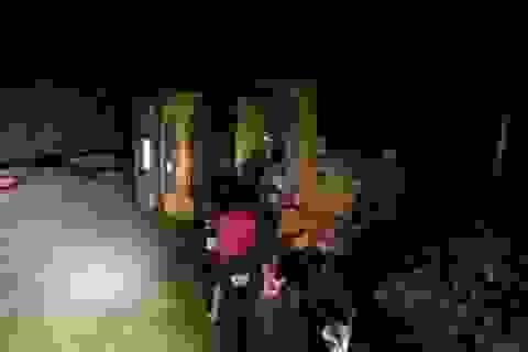 Xe tải lật nghiêng trên đường vì tài xế mải ngắm trăng khủng