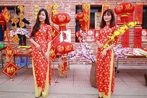 Giới trẻ Việt chụp ảnh chào Tết với trang phục truyền thống