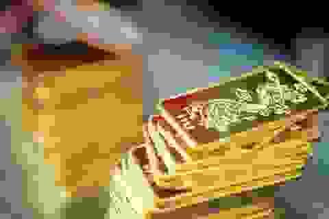 Vàng SJC giảm sâu, đắt hơn giá thế giới 5 triệu đồng/lượng