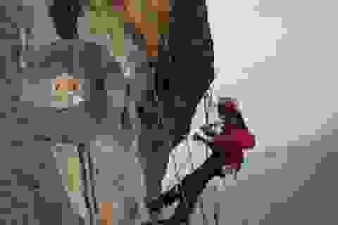 """""""Người nhện"""" vẽ tranh trên vách núi tỏ tình với bạn trai"""