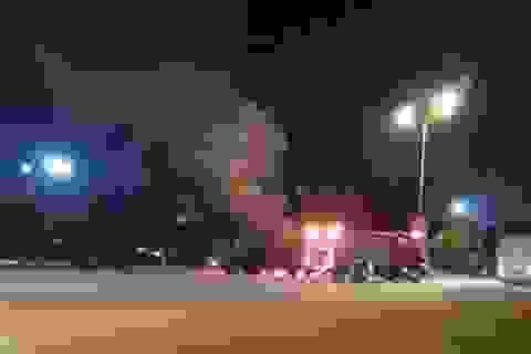 Xe đang chạy bất ngờ nổ cả 4 lốp rồi bốc cháy