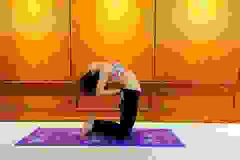 Cùng huấn luyện viên rèn 5 động tác Yoga Suối nguồn tươi trẻ