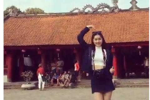 Tranh cãi thiếu nữ mặc váy ngắn nhảy nhót ở Văn Miếu