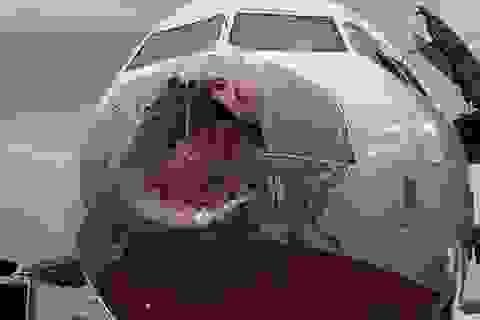 Máy bay chở 127 người móp mui trước, vỡ nát cửa kính do gặp mưa đá vẫn hạ cánh an toàn