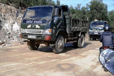 """Bình Định: Chưa được cấp phép vẫn ồ ạt đưa xe vào """"xẻ thịt"""" núi Mồ Côi!"""