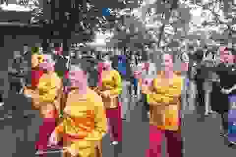 """Phố cổ Hội An đón đoàn du khách đầu tiên """"xông đất"""" năm mới 2017"""