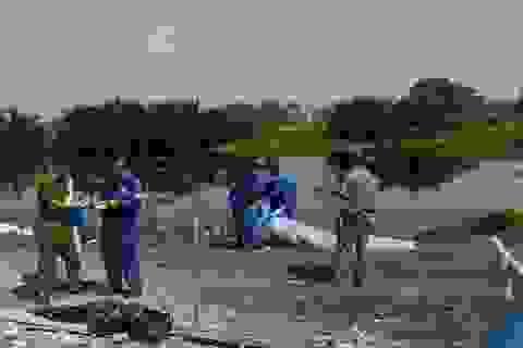 Người thân đến nhận thi thể bé trai nổi trên sông Vàm Thuật
