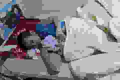 Vợ chồng nghèo bất lực nhìn con trai 5 tuổi suy yếu từng ngày