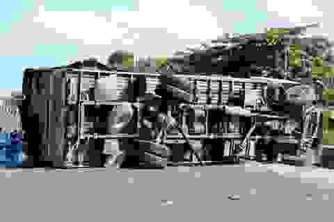 Hai xe tải tông nhau trực diện, một xe lật chắn ngang QL1A