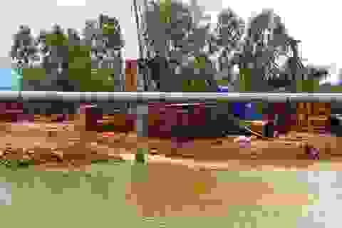 """Dự án chưa phê duyệt đã """"bít"""" sông: Việc đổ đất, thi công vẫn đúng?"""