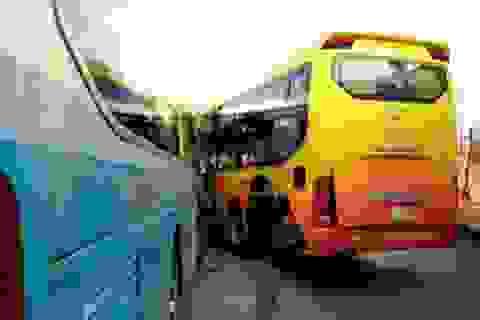 Xe khách tông nhau, 30 hành khách thoát nạn