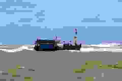 Chưa tiếp cận được tàu cá bị thả trôi cùng 11 ngư dân