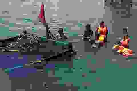 Tàu câu mực đâm chìm tàu du lịch ở Cửa Đại