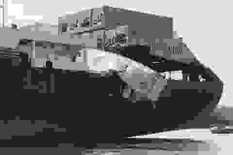 """Hai tàu container tông nhau trên sông, người dân lao ra """"hôi của"""""""