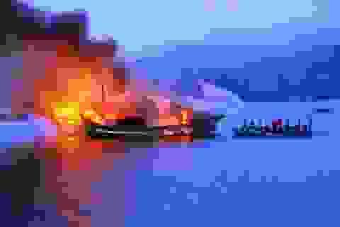 3 tàu cá bốc cháy dữ dội khi đang neo đậu