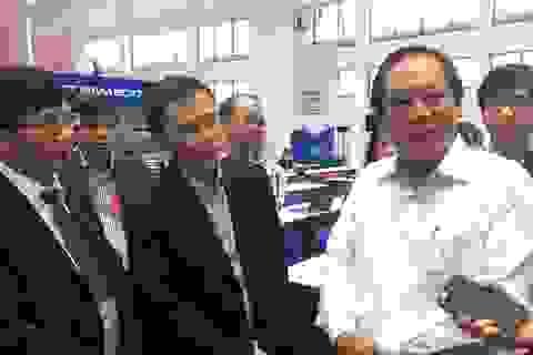 Bộ trưởng TT-TT kiểm tra đường truyền tại Trung tâm báo chí APEC