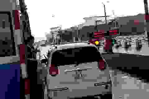 """Tài xế dừng xe """"cố thủ"""" ngay trạm BOT Bình Định để đòi giảm giá vé"""