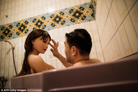 """Cuộc sống của những người đàn ông Nhật """"cưới búp bê làm vợ"""""""
