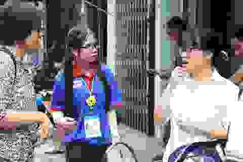 Nữ sinh viên tình nguyện dùng ngôn ngữ đặc biệt hỗ trợ thí sinh khiếm thính
