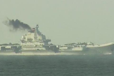 Tàu sân bay Liêu Ninh nhả khói đen mù mịt ở Hong Kong