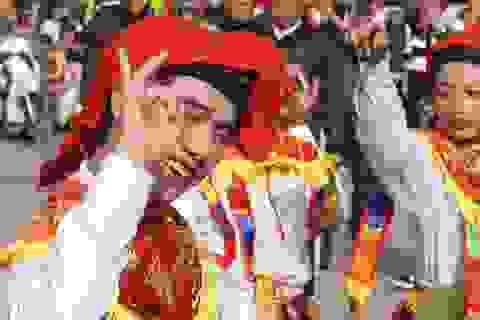 Trai Hà Nội lả lơi giả gái trong điệu múa trống bồng