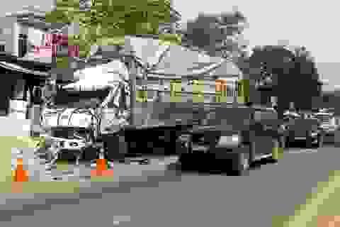 Xe đầu kéo tông liên hoàn 3 ô tô, đâm sập 2 nhà dân