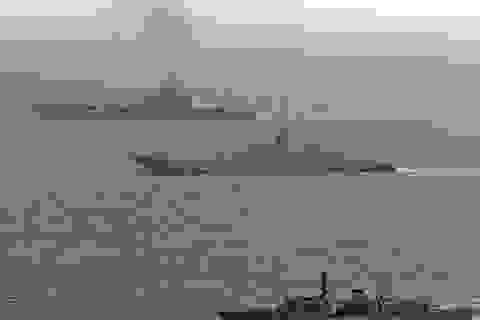Chiến hạm Anh hộ tống tàu sân bay Nga qua eo biển Manche