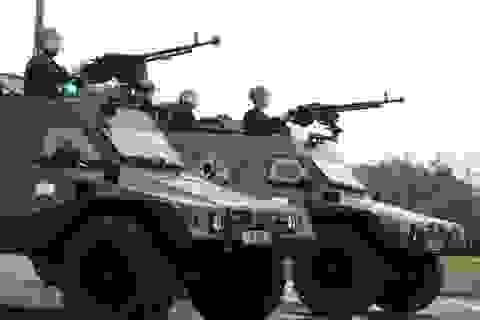 Cảnh sát đặc nhiệm diễu hành cùng xe bọc thép đặc chủng