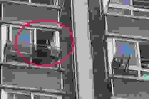 TQ: Đang mây mưa, cô gái khỏa thân bỗng trèo qua cửa sổ trốn