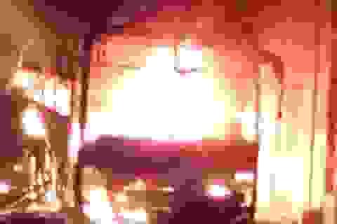 Xe khách cháy trơ khung trong bãi đỗ