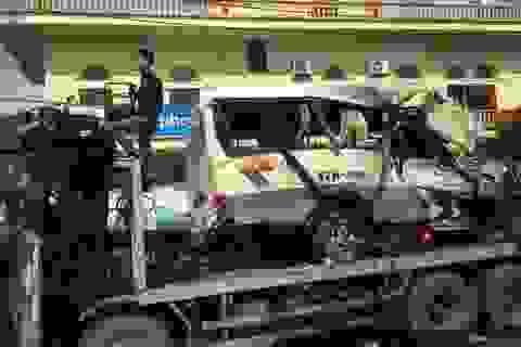 Xe chở khách đi lễ lao vào vách núi, 2 người chết, 27 người bị thương