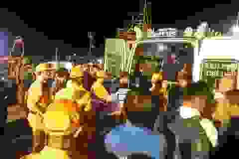 Vụ 9 người mất tích: đưa thi thể thuyền viên đầu tiên vào bờ