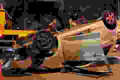 Ô tô lật ngửa giữa đường sau cú tông dải phân cách