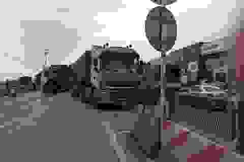 Container không làm chủ tốc độ, tông vào đuôi xe trước, giao thông ùn tắc