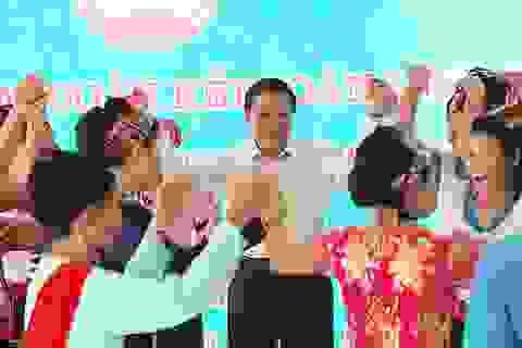 Trưởng Ban Nội chính Trung ương tặng quà, múa lăm vông cùng dân bản