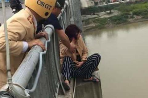 Công an giải cứu người phụ nữ định nhảy cầu tự tử