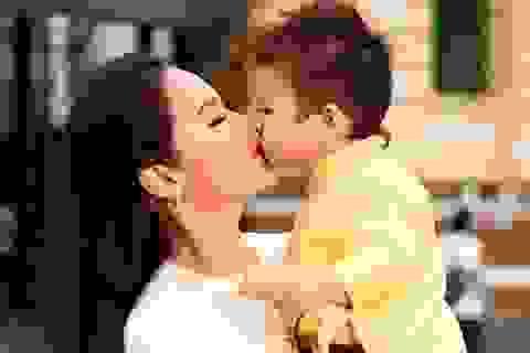 """Nhật Kim Anh được """"quý tử"""" hôn môi dưới phố xuân"""