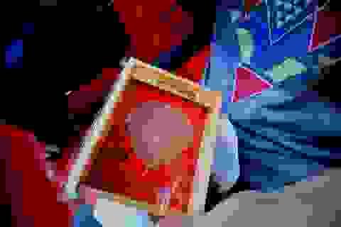 Tặng lá bồ đề cho du khách xuất hành đầu năm