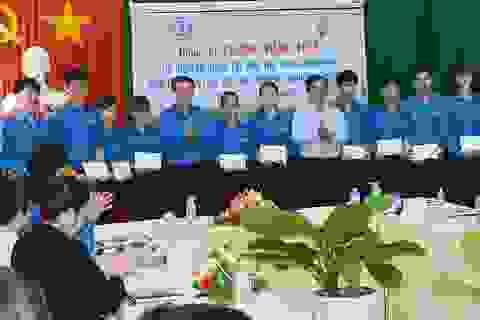 Phó Thủ tướng Vương Đình Huệ tặng 20 suất học bổng cho SV vượt khó