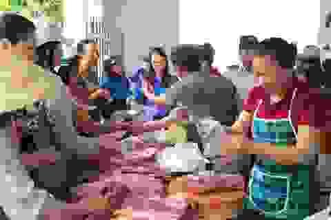 """Dân nườm nượp đi mua thịt heo sạch """"giải cứu"""" người chăn nuôi"""