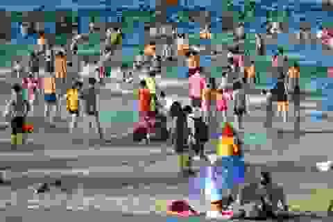"""Quá nóng, người dân đổ xô đi tắm biển """"hạ hỏa"""""""