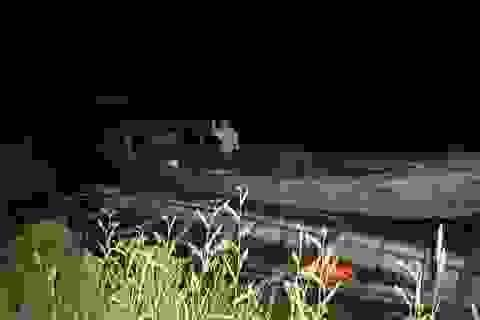 Bắt ghe vận chuyển gỗ lậu trên sông Vu Gia trong đêm