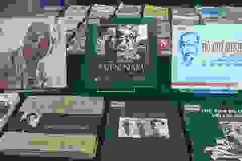 2 bộ tem về cuộc đời và sự nghiệp Chủ tịch Hồ Chí Minh